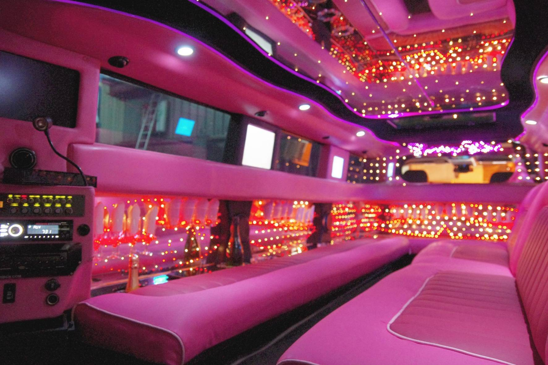 HUMMER LIMO INTERIOR ROSA CHICLE 1
